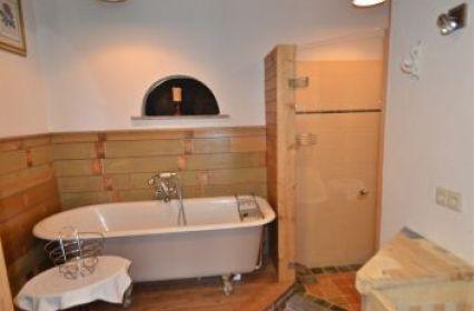 Badkamer met bad en douche.jpg