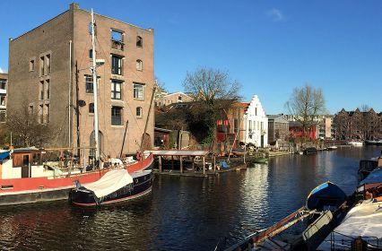 vergaderen-industriële-scheepswerf-aan-het-water-Amsterdam-2