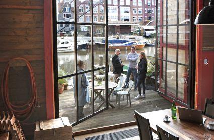 vergaderen-industriële-scheepswerf-aan-het-water-Amsterdam-5