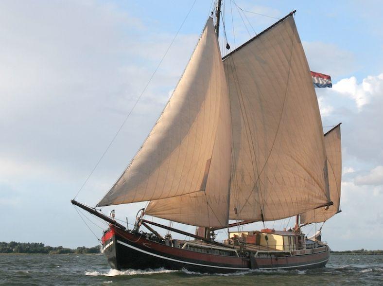 Imposant Zeilschip in de Leuvehaven