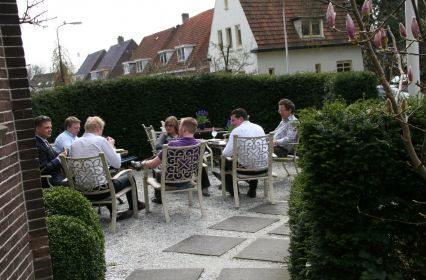 6 lunchen in de tuin.JPG