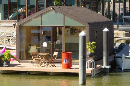 Tiny Houseboat in de Haven van Rotterdam