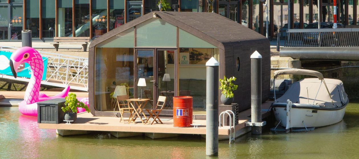 Tiny Houseboat in de Haven van Rotterdam