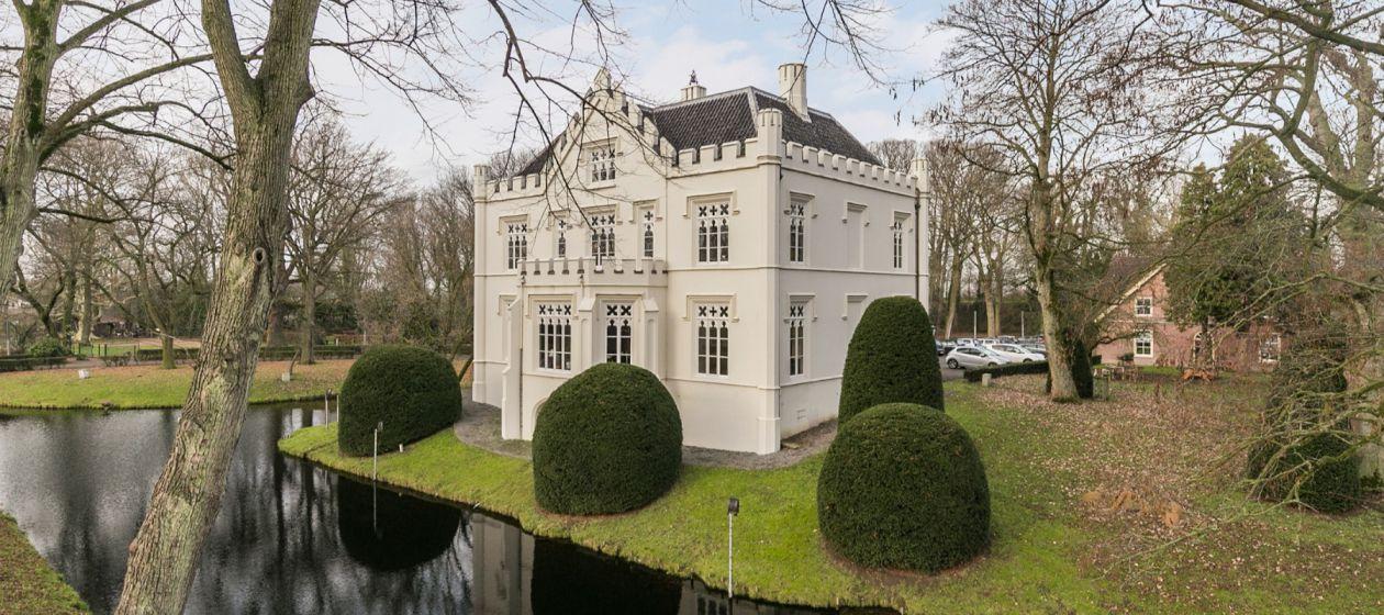 Slot met Koetshuis tussen Waal en Maas