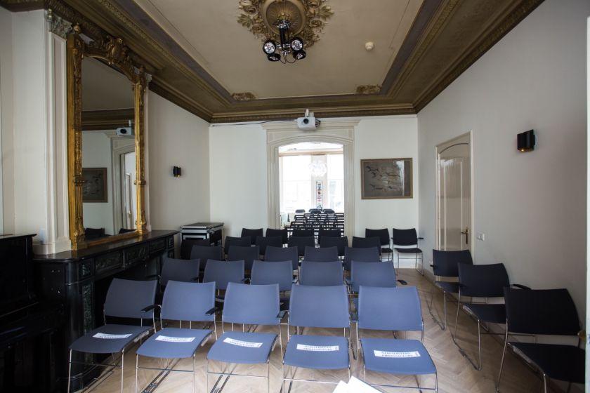 Theaterzaal stoelen.jpg