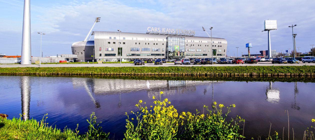 3 Afbeelding Cars Jeans Stadion vooraanzicht met parkeerplaats_InPixio.jpg