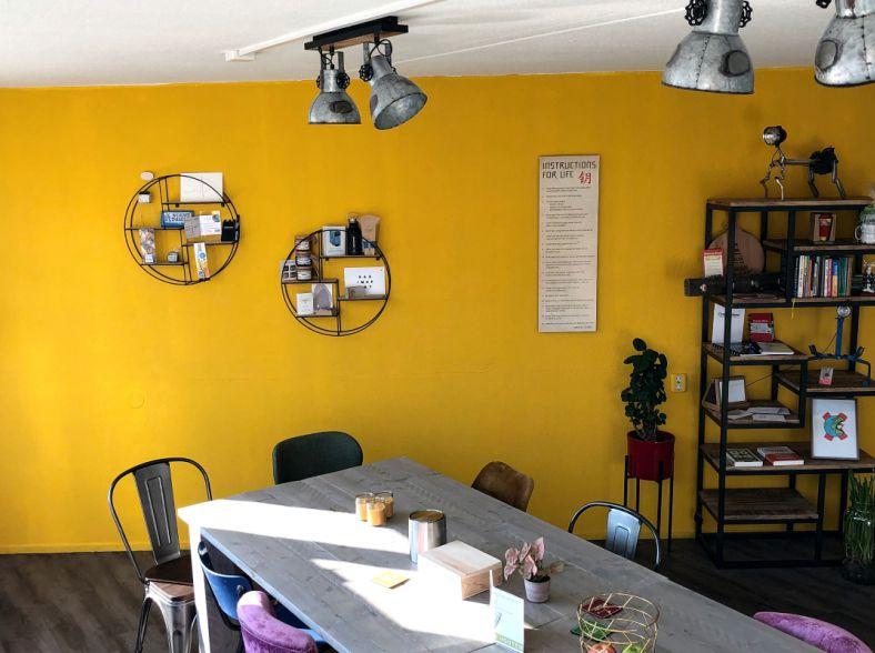 Kleurrijke Vergaderruimte met Huiselijke Sfeer