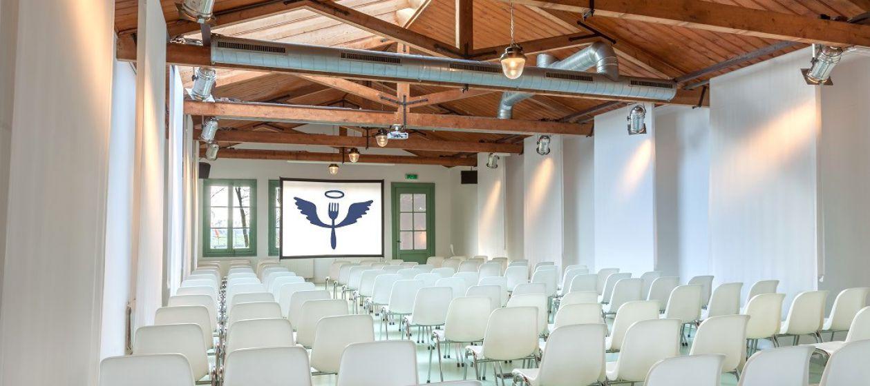 theateropstelling met witte stoelen en scherm_InPixio.jpg