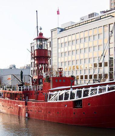 Vuurrood Schip in Hartje Centrum